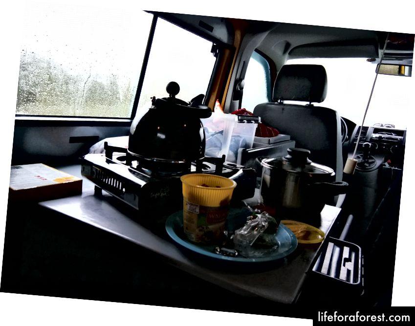 Nấu bữa trưa vào một buổi chiều mưa.