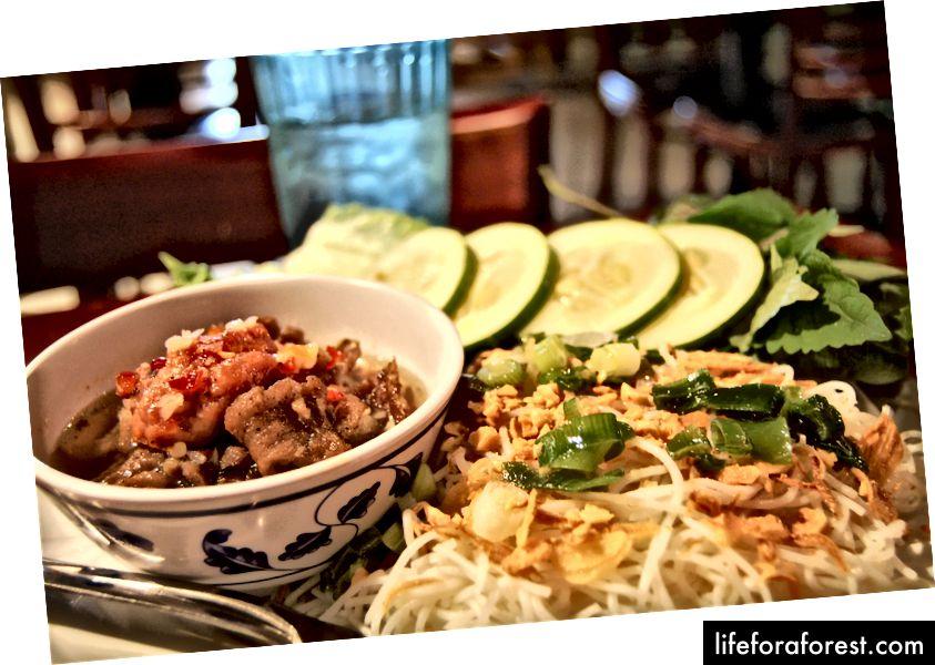 Thưởng thức phở ấm, mì ngon và thịt mềm tại Huang Tra.