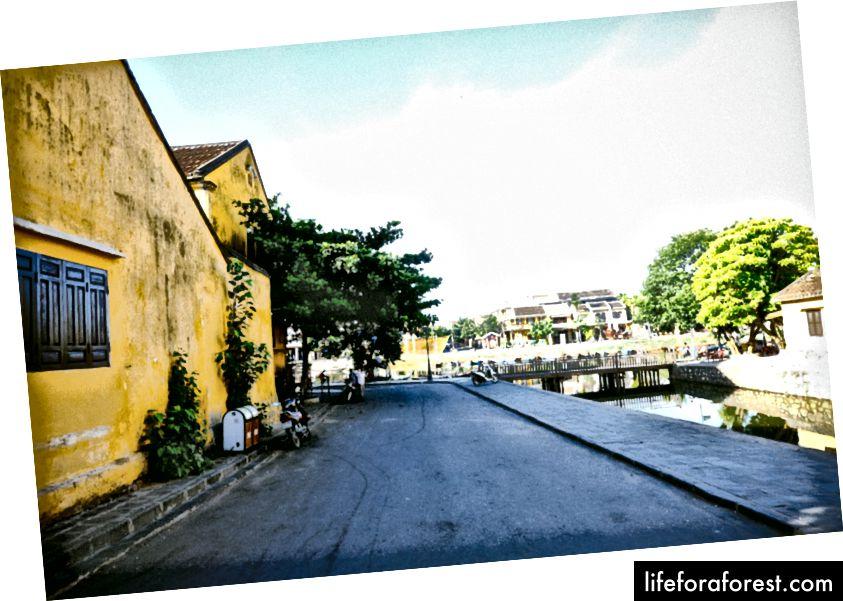 오전 8시 전 호 이안. 나는 모든 관광객이 도착하기 전에 마을 주변에서 아침 자전거를 타는 것이 좋습니다.)