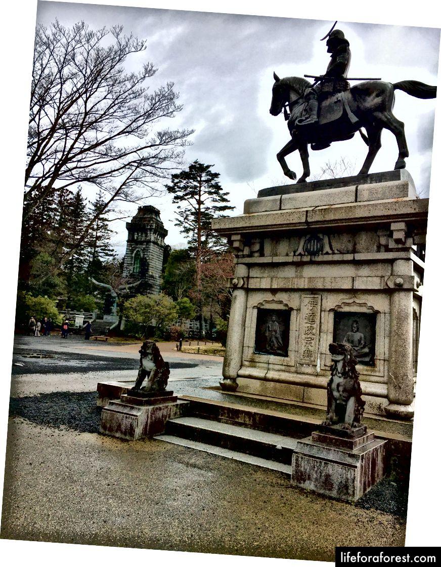 Statue sur le site du château d'Aoba