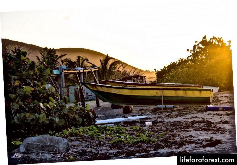 langs stranden i Nevis