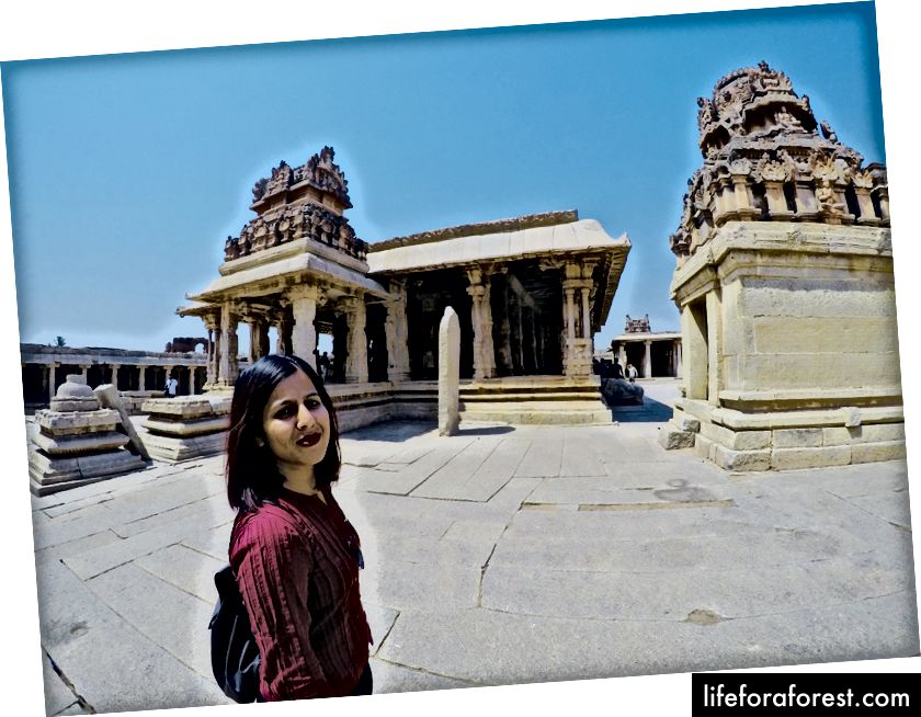 Menjelajahi kompleks kuil Narsimha