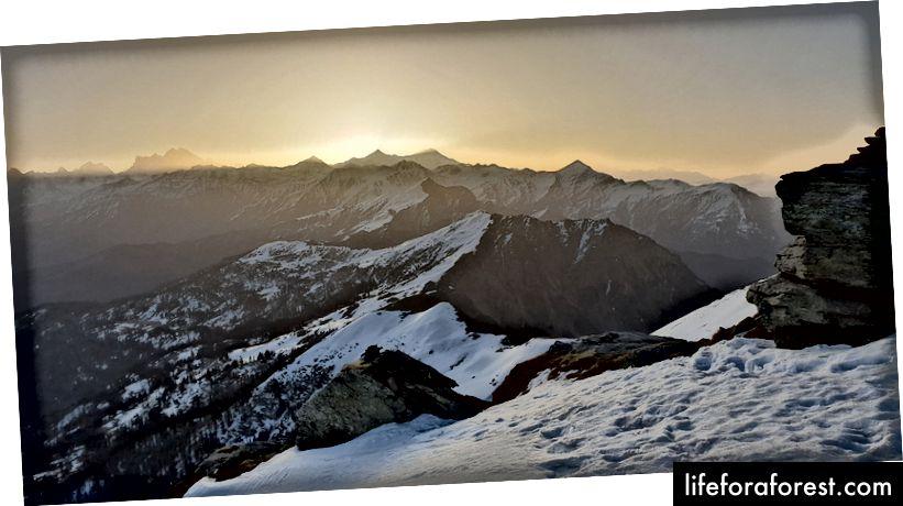 Lever du soleil au sommet de Kedarkantha. C'est vers 6h20 au sommet. Nous étions sept à huit personnes à ce moment-là, le reste suivait rapidement et, à l'exception d'une seule, les 28 personnes ont pu voir le magnifique lever du soleil. Nous avons tous atteint le sommet.