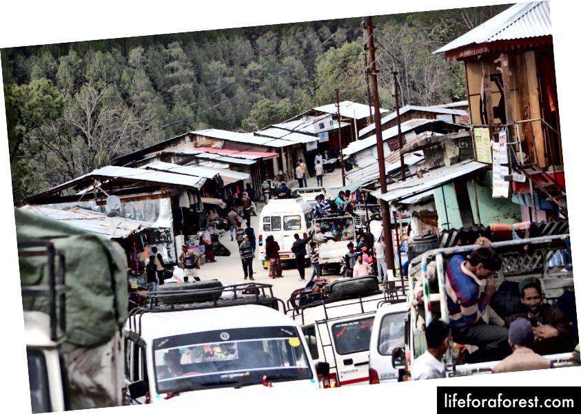 مكان السوق بضعة كيلومترات قبل Gaichawan Gaon. كنا في المسافر مماثلة لتلك التي تظهر في الصورة. كان هذا هو المكان الذي انضمت إليه سيدة. أبلغت لاحقا أننا سنبقى في مكانها.