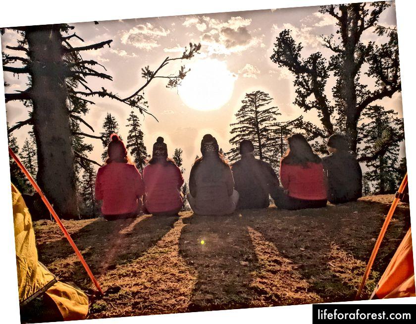 Le soleil est sur le point de se coucher. Nous avons nos tentes. Chaque tente est partagée par trois randonneurs maximum. Indiahikes fournit les sacs de couchage et les tentes. Nous venons d'apprendre à ouvrir le sac de couchage et à le ranger, mais aussi à le replier et à le repousser dans les sacs.