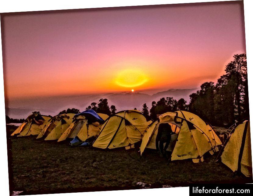 C'est le plus beau camp de base. Nous commencerons pour le sommet le lendemain. Le sommet est presque visible depuis ce camp de base. La neige a été enlevée pour faire les tentes. Nous aurons besoin des mêmes couches de vêtements la nuit dans un sac de couchage, mais ce sac de couchage comportera également une couche très épaisse.