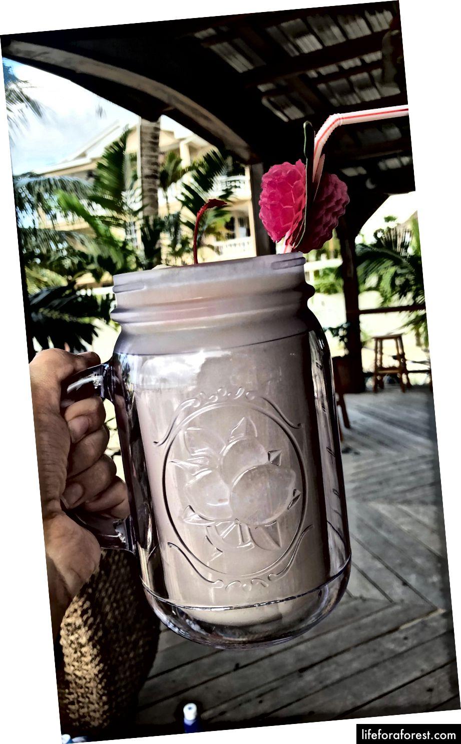 Merk: Lighthouse Lager & Belikin er de to lokale ølene // Typisk sjømat, ris, fruktmåltid som finnes på mange restauranter // Pina Colada i baren Iguana Reef