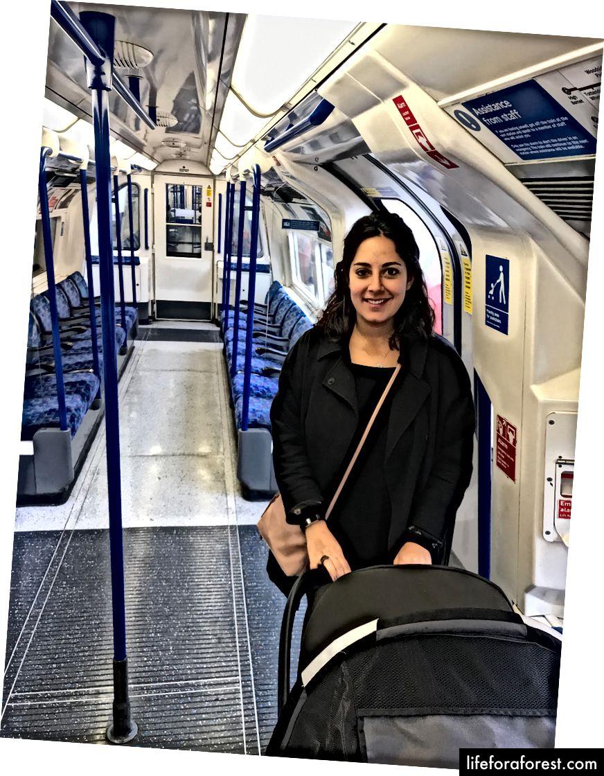 Bepergian di Jalur Utara di London ke Kings Cross, salah satu stasiun yang dapat diakses. Perhatikan bahwa Tube memiliki tempat parkir khusus kereta dorong (atau kereta bayi seperti yang kita katakan di Inggris). Dan jangan tertipu, ini adalah akhir dari garis; kereta itu penuh beberapa menit sebelumnya.
