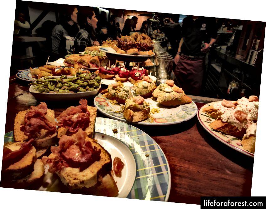 Pintxos serwowane w barze w San Sebastian.