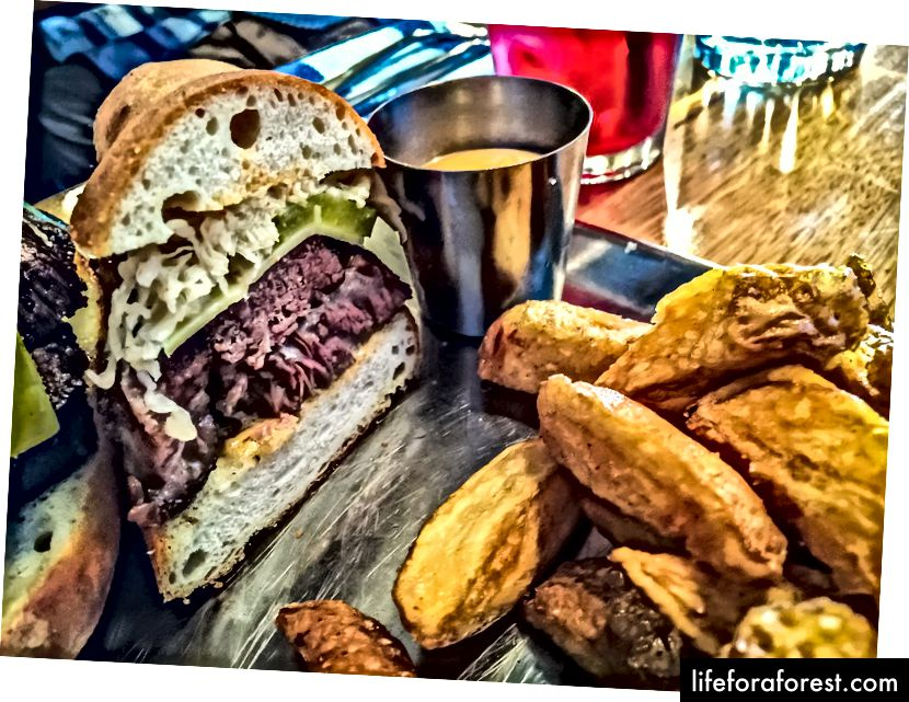 Melbourne, Avustralya'daki Nieuw Amsterdam restoranında bir Reuben sandviçi.