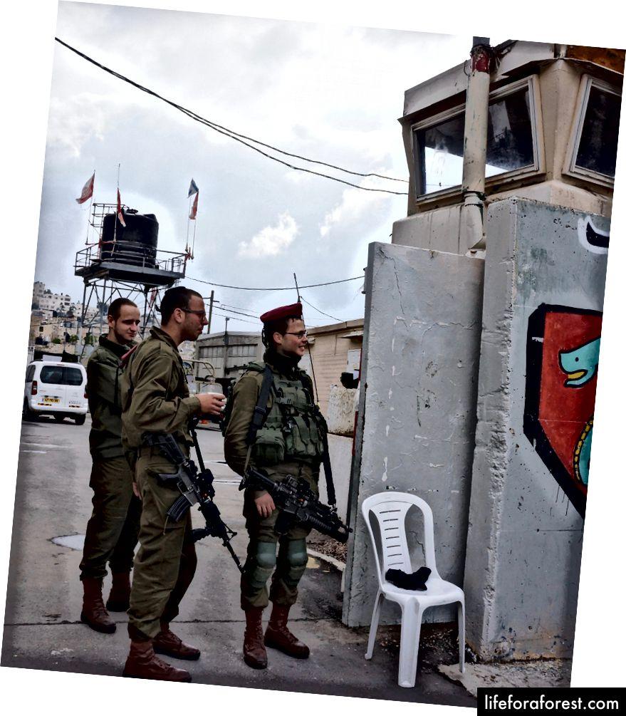 Izraeli biztonsági személyzet a Ciszjordánia ellenőrző pontján