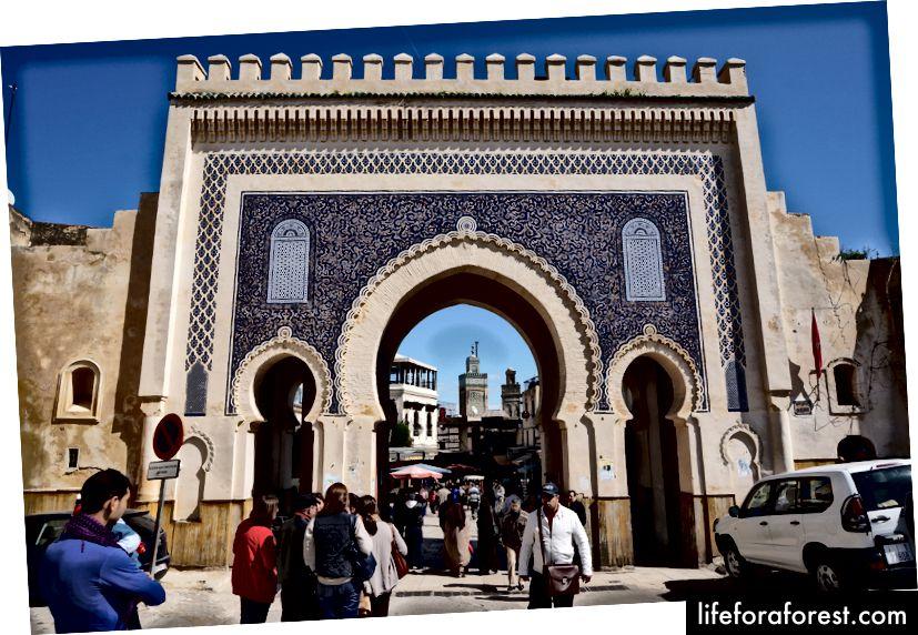 Utenfor Bab Bou Jeloud byport i Fes, med medinaen og riaden vår et sted inne; Dette var så langt taxi kunne ta oss.