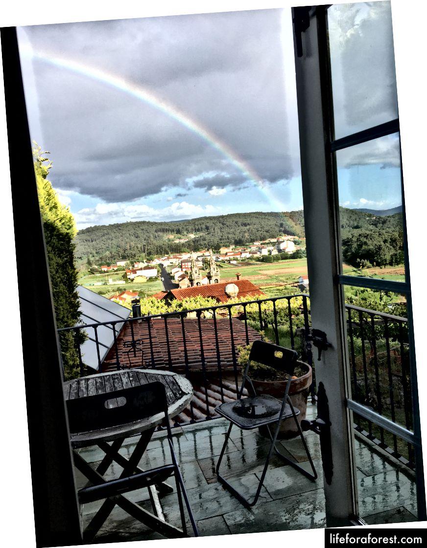 En kjærkommen regnbue ut av soveromsvinduet vårt