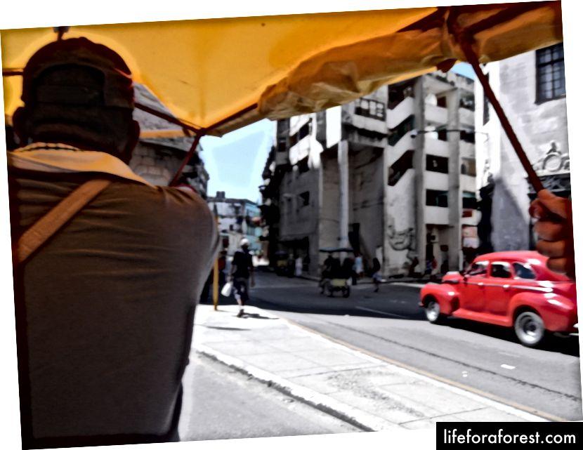 Уметност одржавања аутомобила на ембарго, што се види са задњег седишта, тротоара и педикаба.