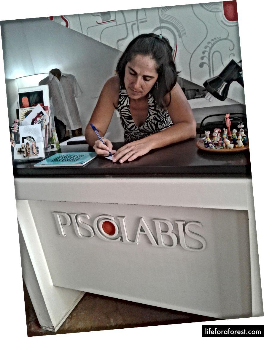 Piscolabis, một cửa hàng và quán cà phê ở Havana Vieja. Vicky, một trong những chủ sở hữu, nói với tôi rằng họ mua tất cả các sản phẩm của họ từ các nghệ sĩ độc lập. Một trong những nghệ sĩ này là một bác sĩ làm nghệ thuật vì cô ấy có thể kiếm được nhiều tiền hơn khi bán sản phẩm cho khách du lịch ở CUC hơn là cô ấy có thể chăm sóc bệnh nhân Cuba cho CUP.