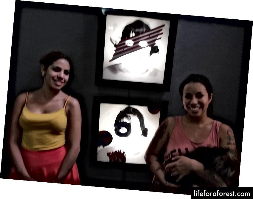 Кубанска уметница Марлис Фуего (с десне стране) позира са својим псом и сестром испред дела који је створила током Обамине посете Куби у марту 2016. Створила је ове аутопортрете са америчком заставом како би освојила сјај тог тренутка.