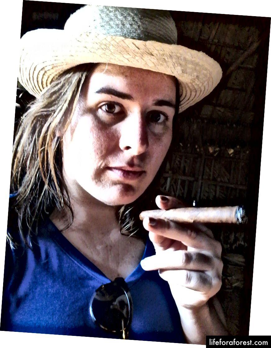 Ở Viñales, người bạn đồng hành của tôi, Steven và tôi cưỡi ngựa đến một secadero de tabaco, nơi Pipo nói với chúng tôi tất cả về việc trồng, sấy và cuộn thuốc lá. Ông giải thích các quy định nghiêm ngặt của chính phủ và những thay đổi gần đây để cho phép sản xuất thủ công hơn. Tôi không phải là người thường xuyên hút thuốc, nhưng khi ở Cuba.