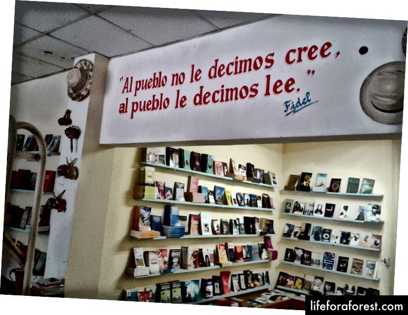 Và bây giờ Fidel đã biến mất, nhưng lời nói của anh vẫn tiếp tục. Trong cửa hàng sách / trung tâm thông tin du lịch ở Viñales này, nó đọc sách Chúng tôi không nói với mọi người tin rằng, chúng tôi bảo họ đọc.