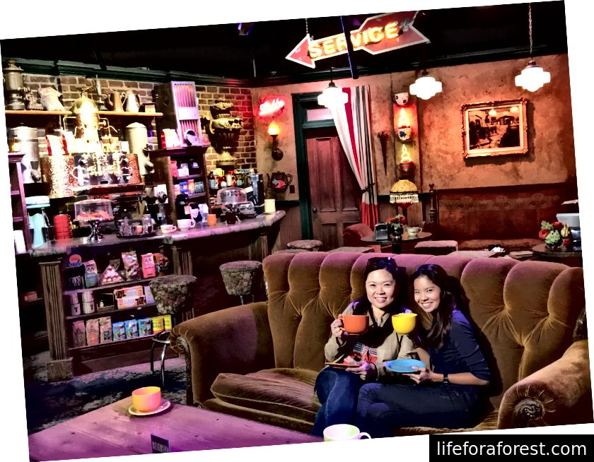 "Nikki på Central Perk cafe - den ikoniske kaffebaren fra TV-showet ""Friends"". Fotokreditt: NT."