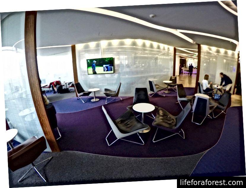 Phòng chờ Virgin Australia rộng rãi hơn phòng chờ Rex nhưng có thể trở nên đông đúc
