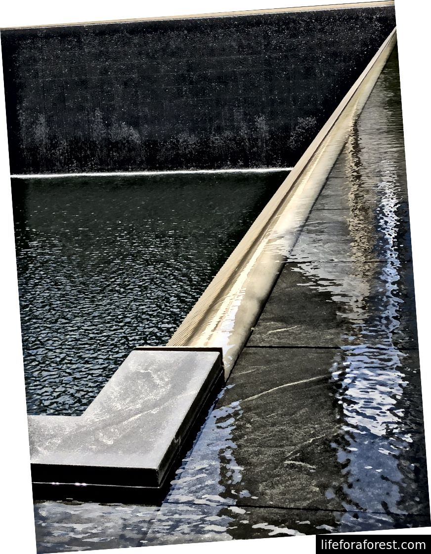 9/11 Memorial muzeyi (chap qanotlari chap tomonda); Sharsharalar (pastki chap, o'rta va o'ng)