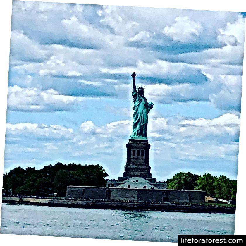 Utsikt over Nedre Manhattan (venstre) og Frihetsgudinnen (til høyre) fra Staten Island Ferry