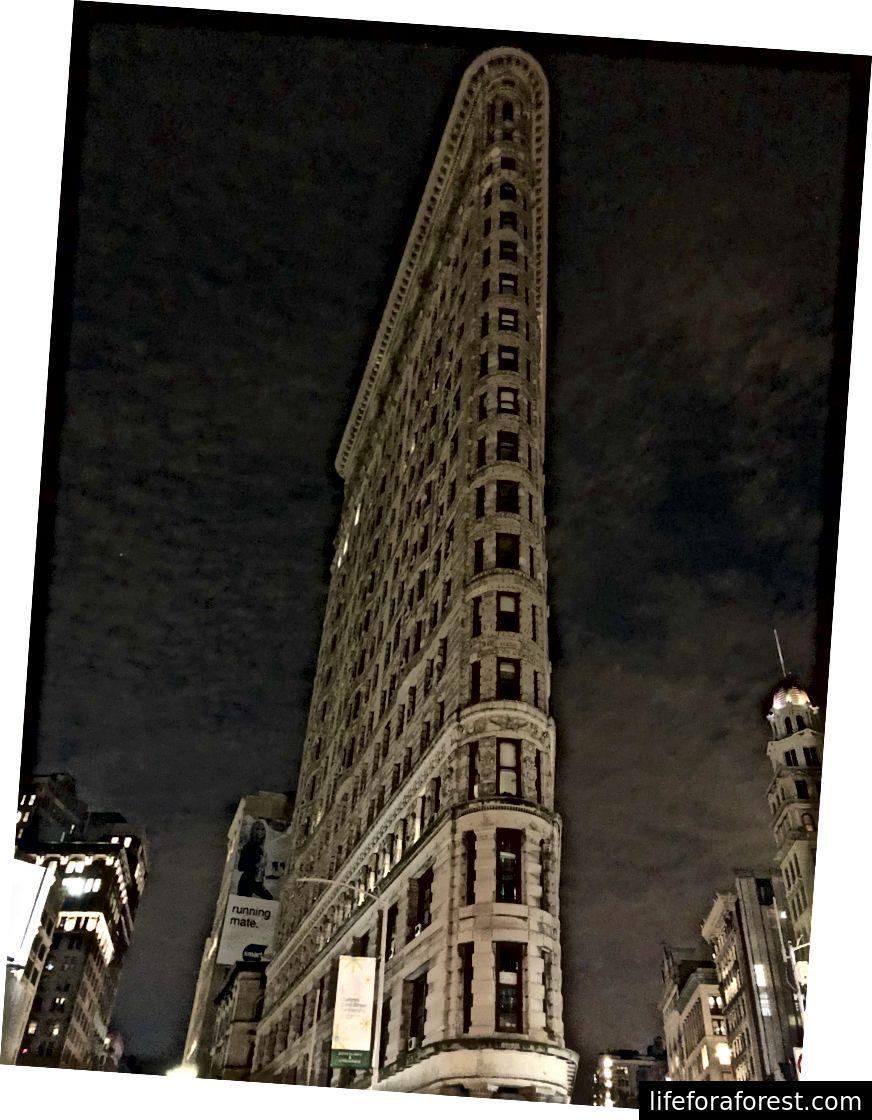엠파이어 스테이트 빌딩 (왼쪽); 플랫 아이언 빌딩 (오른쪽)