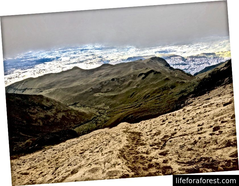 Der stien svinger til sand i nærheten av toppen av Rucu Pichincha