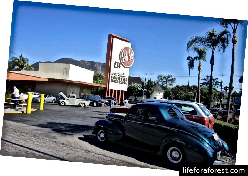 Califdagi Warner Brothers Studios yaqinidagi eng qadimgi mavjud Big Boy restoranida klassik avtoulov namoyishi. (Shay foto)