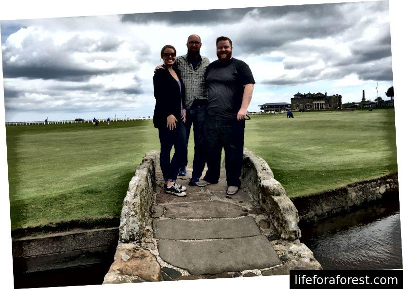 St. Andrews er en offentlig bane, så selv om du ikke spiller den, kan du gå ut til den ikoniske Swilcan Bridge for å få et bilde, i mellom runder med golfere som spiller på hullet.