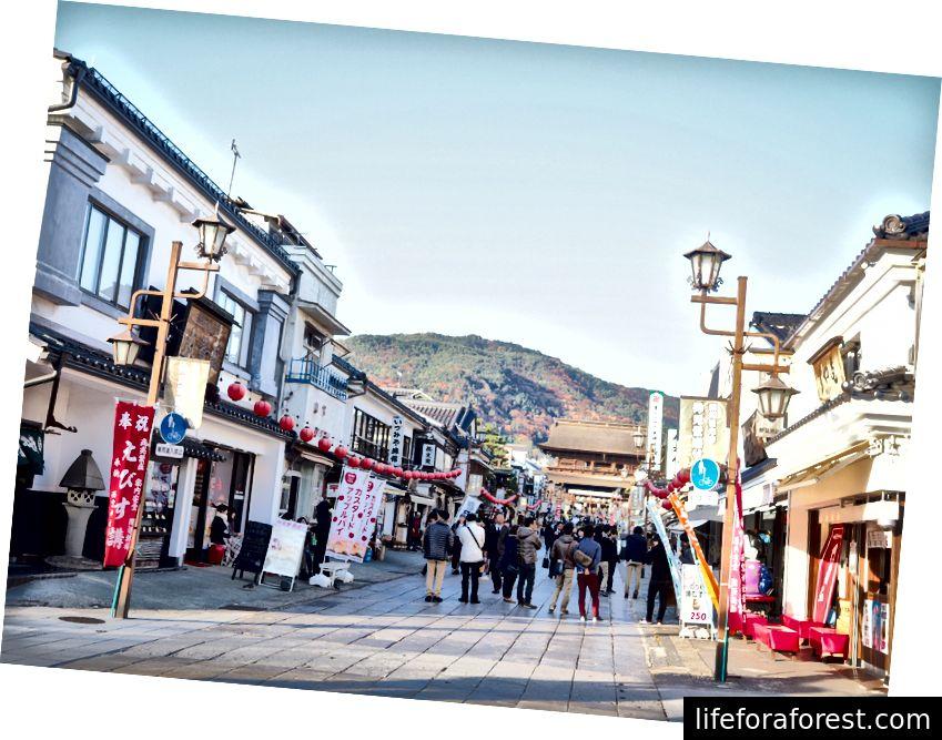Ulice vedoucí k chrámu Zenkoji v Naganu.