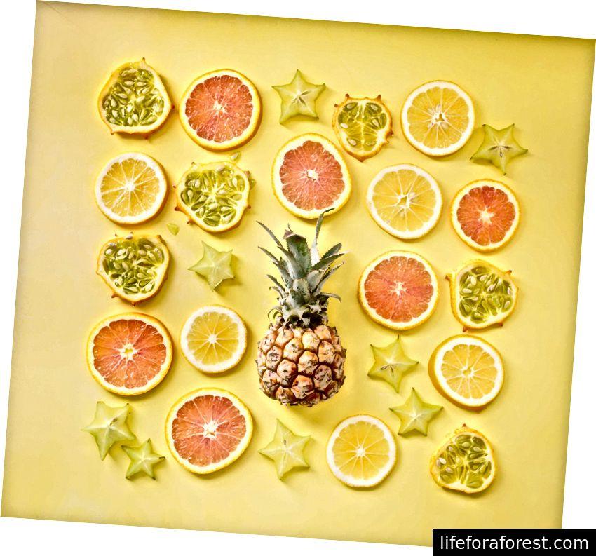 """""""En spredning av forskjellige skiver frukt."""" Av Brooke Lark på Unsplash"""