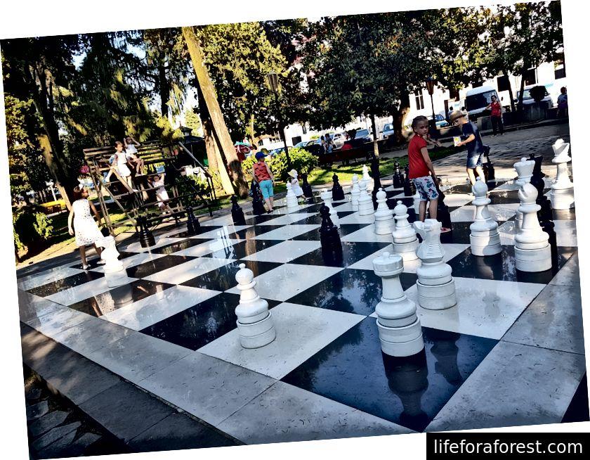Jättiläinen shakkilauta keskellä puistoa