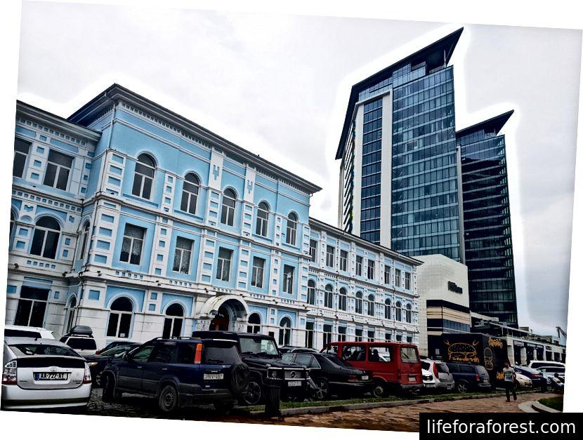 Batumin yliopisto Hilton-rakennuksen edessä