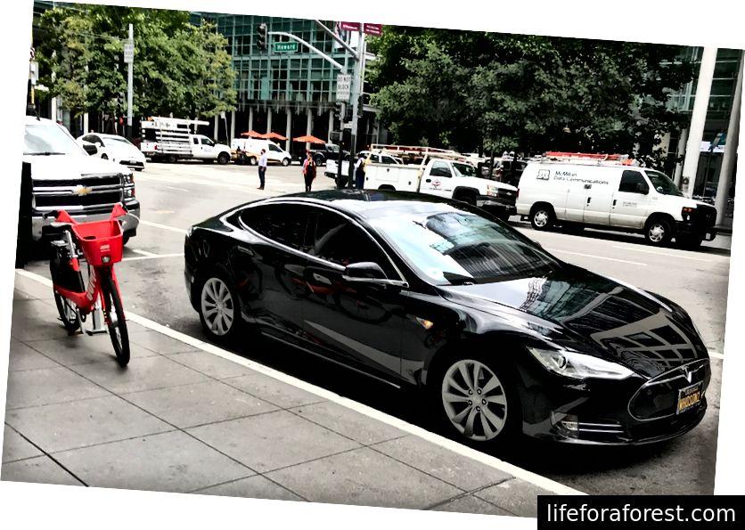 Xovard ko'chasidagi Tesla Model S