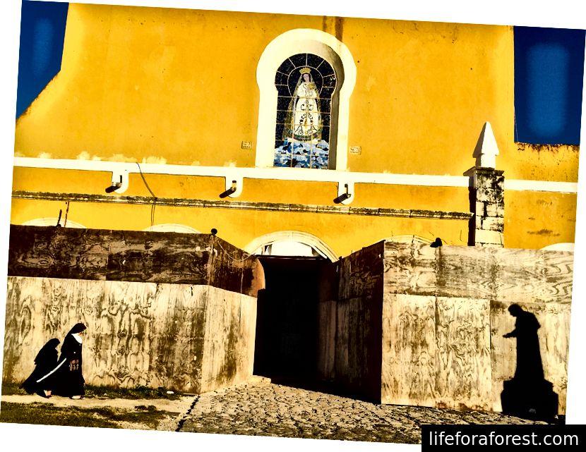 Giovanni Paolo II espresse il suo sostegno alla cultura e all'identità Maya durante la sua visita a Izamal nel 1993.