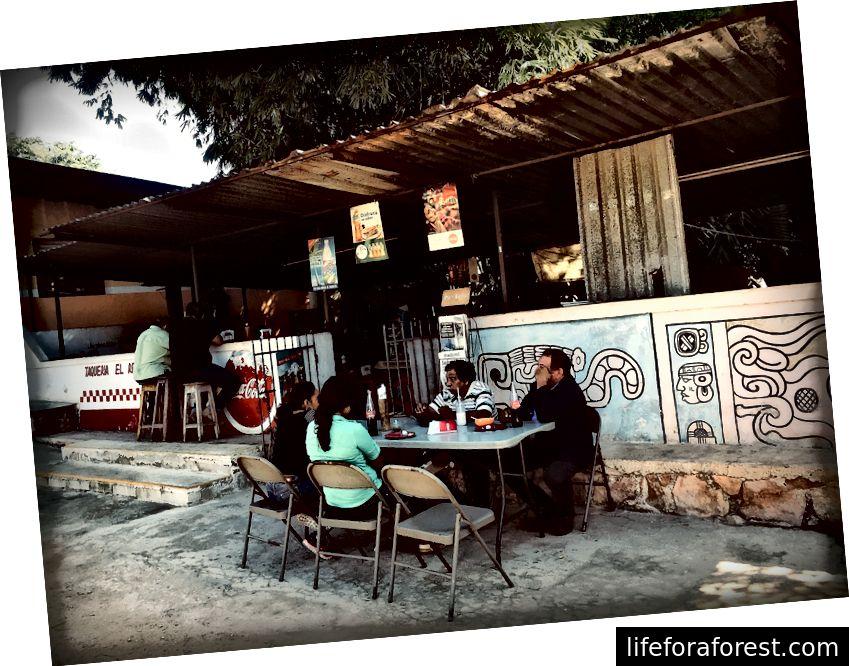 I ristoranti lungo la strada offrono i sapori più autentici e la possibilità di chattare con gente del posto amichevole.