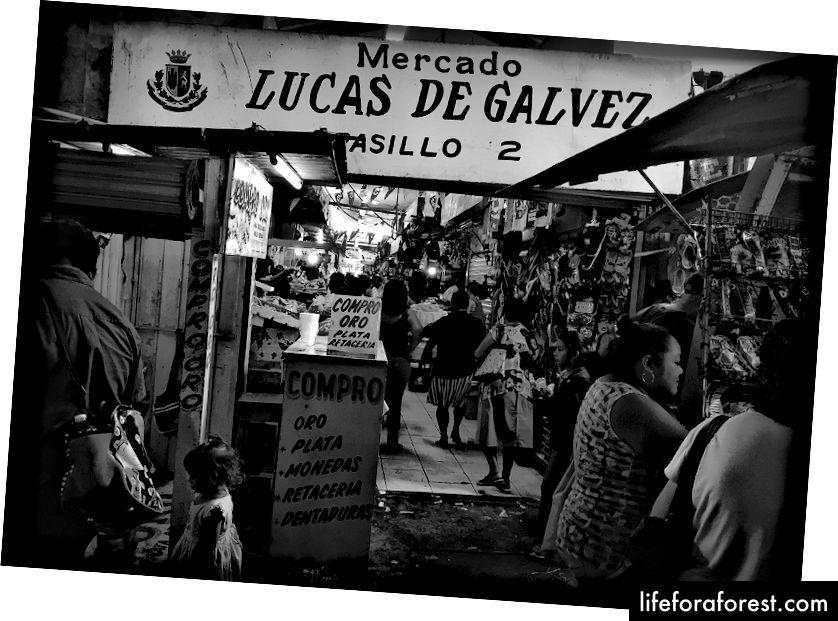 Mercado Lucas De Galvez singari mahalliy bozorlar mahalliy mahsulotlar bilan to'lmoqda. Va mahalliy hayot bilan shovqin.