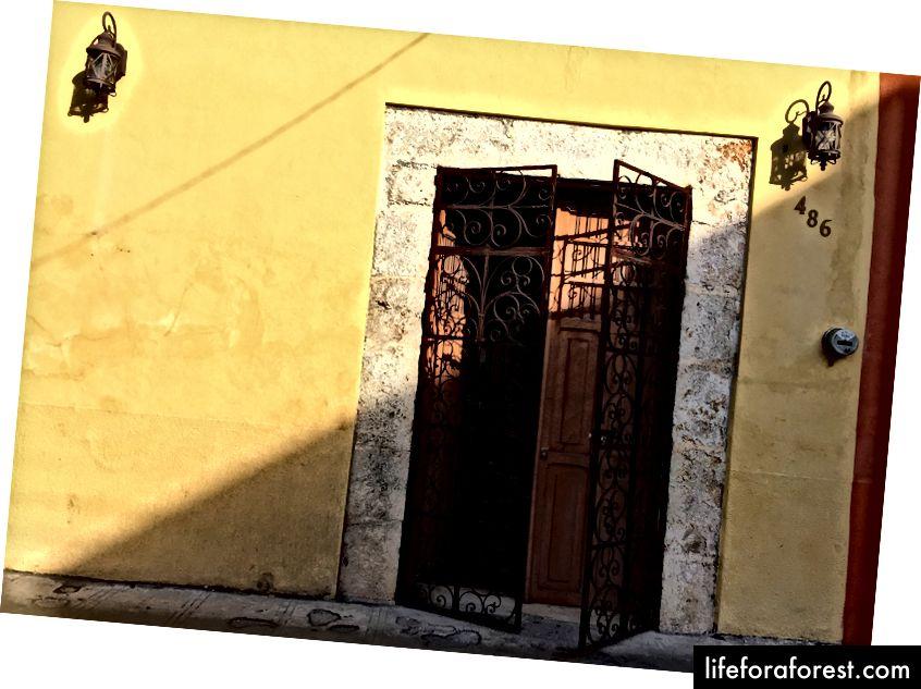 Byen er oversådd med koloniale hjem transformert til koselige hotell, ofte gjemt bak massive dører og jernporter.