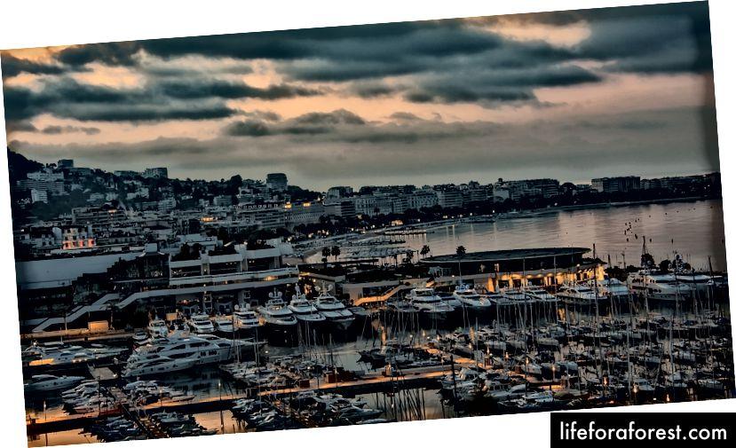 Cannes by night, cho một chút hào nhoáng và quyến rũ. Hình ảnh được đăng bởi Vado trên Instagram, Facebook và Twitter.