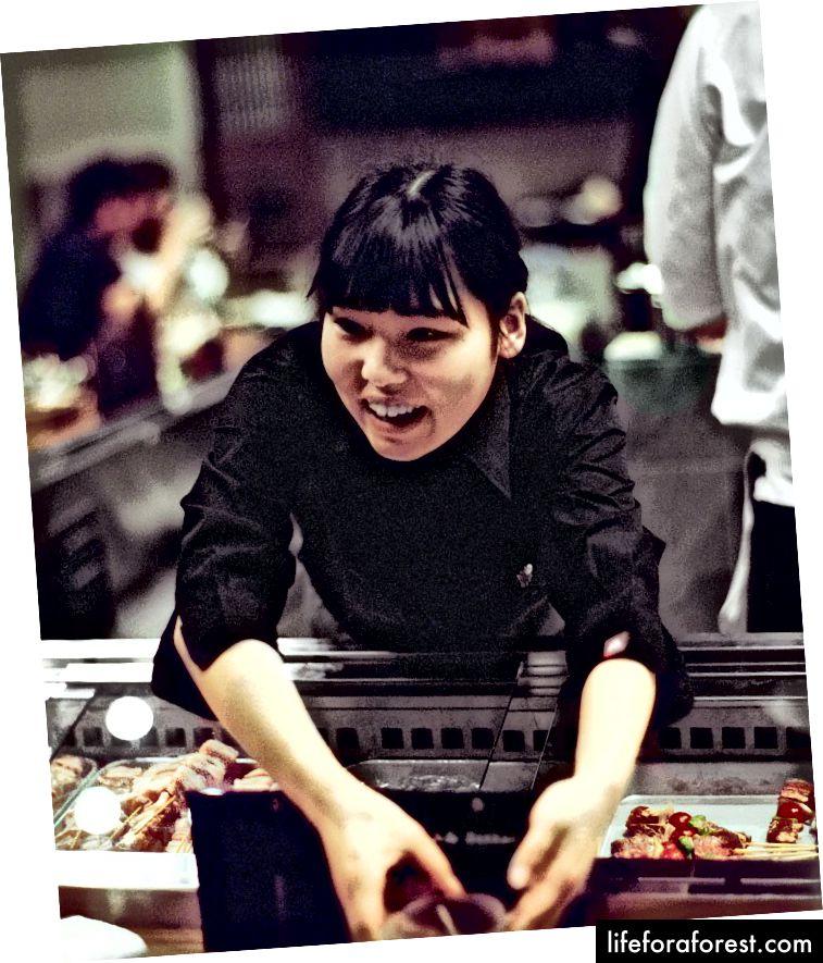 Servering av middag på Hachibei Bekkan