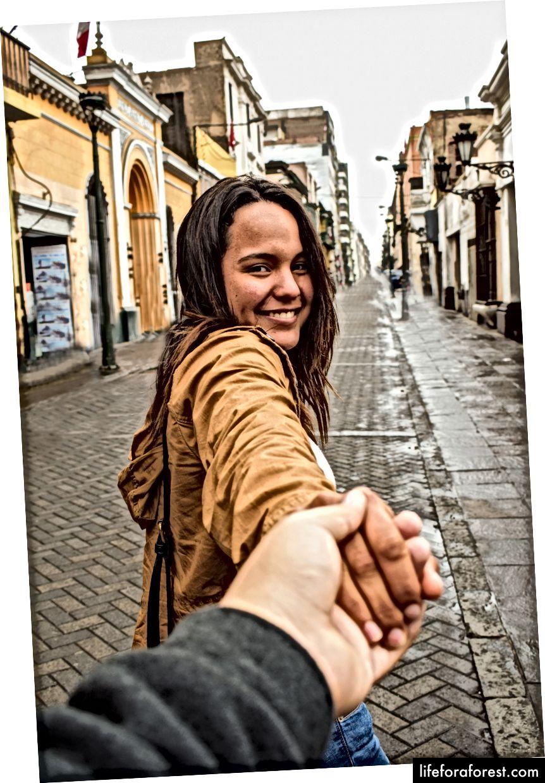 """""""Gå med meg fotografering av kvinne som går på gaten på dagtid"""" av Luis Pacheco på Unsplash"""