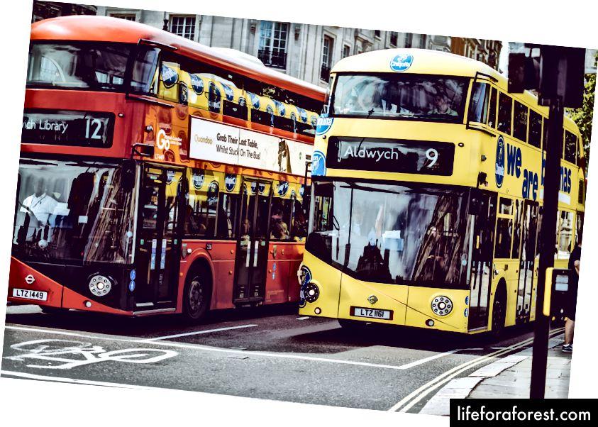 """""""To gule og røde dobbeltdekkerbusser på grå betongvei"""" av Yomex Owo på Unsplash"""