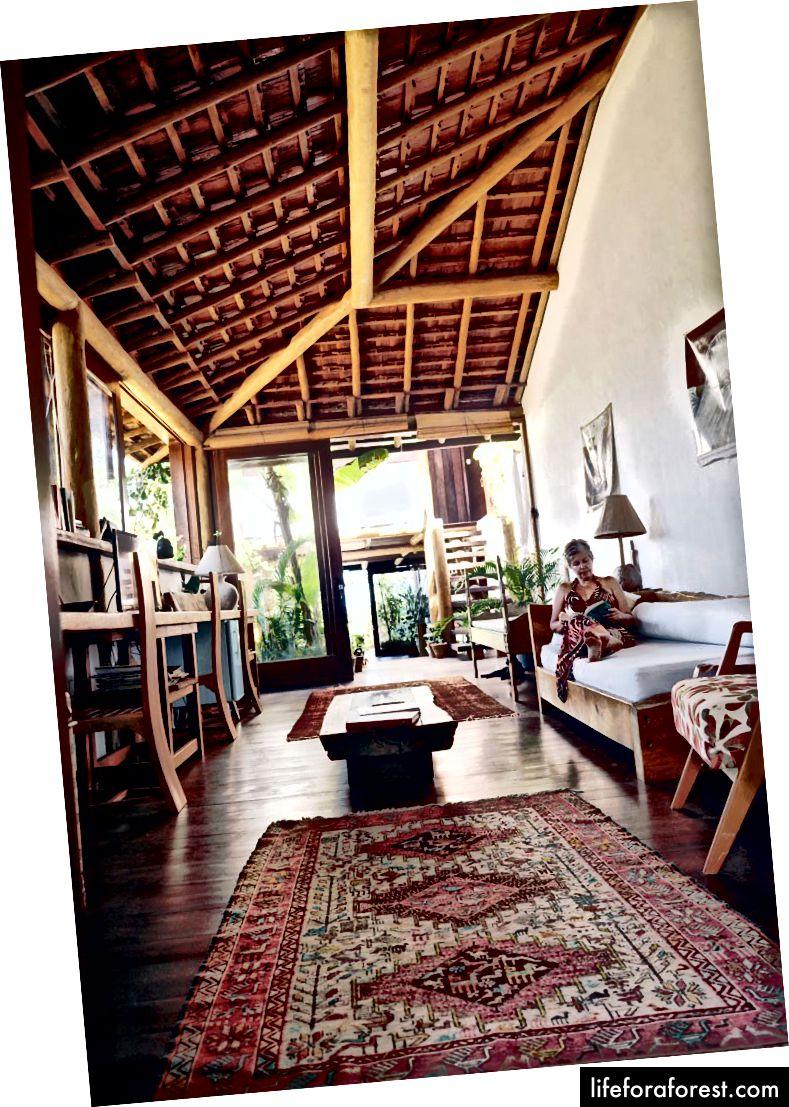 Vert Natacha da Costa Marques i det luftige huset hennes bare noen skritt fra stranden.