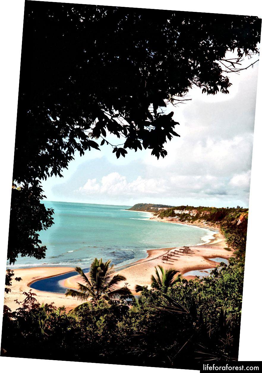 Fra venstre: Porto Seguro, en kjølig, men relativt yrende by på Bahia-kysten, blir ofte brukt som et avkjøringspunkt til Caraíva; solen reflekterer fra det rolige, gjennomsiktige vannet i Espelho - eller speil - stranden, noen mil nord for Caraíva.