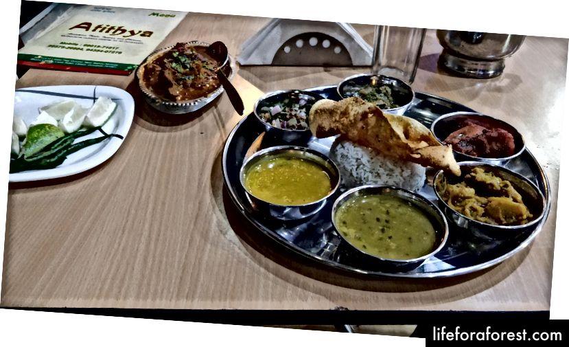 Assamese Thali tại khách sạn Atithya