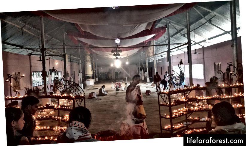 Việc thờ cúng diễn ra tại Auniati Satra.