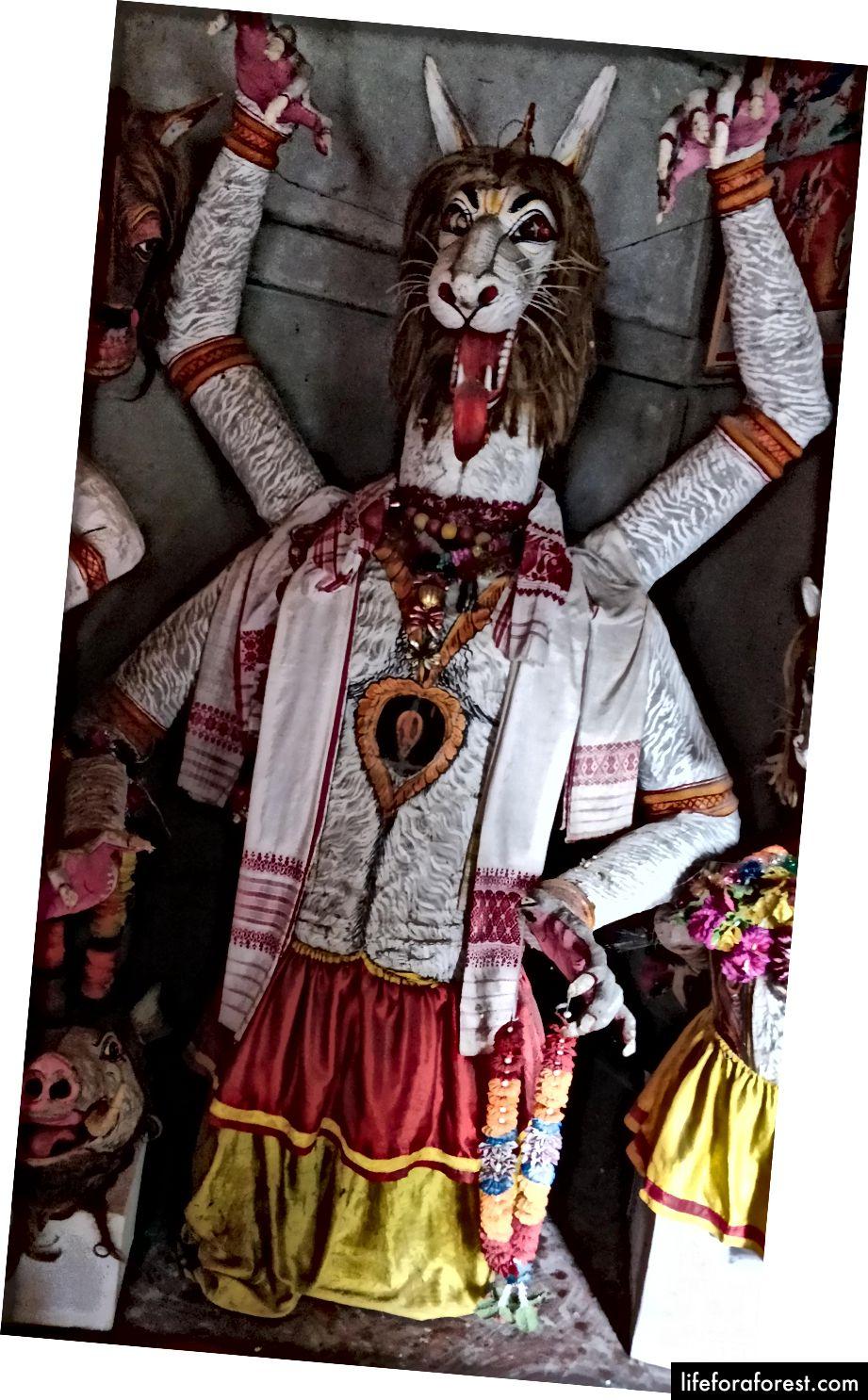 Một chiếc mặt nạ cao 6 feet của Narasimha, một hình đại diện của Chúa Vishnu.
