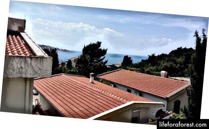 Pohled z mého balkonu Airbnb v Bar, Černá Hora.