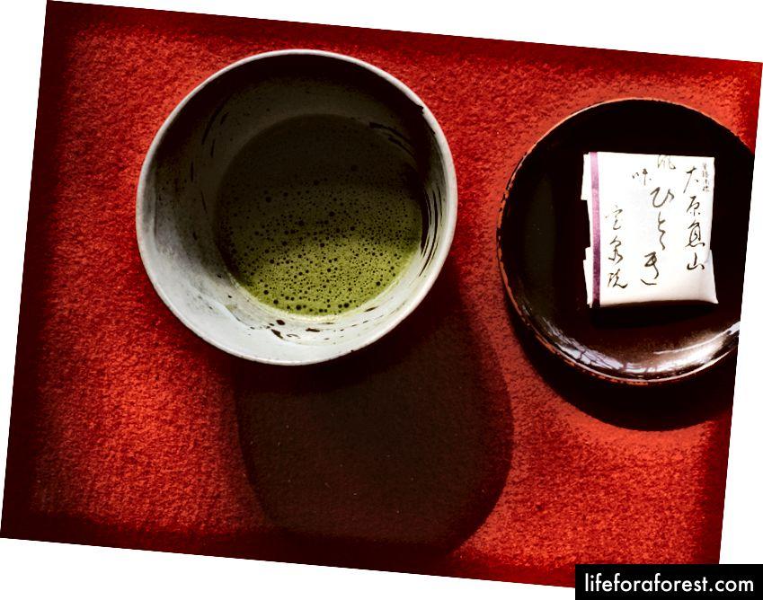 En deilig matcha grønn te og en tessert dessert gratis. Jeg elsker denne desserten.